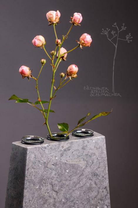 Blumenvase St.Michel Kalkstein Detail 3er Reagenzgläser