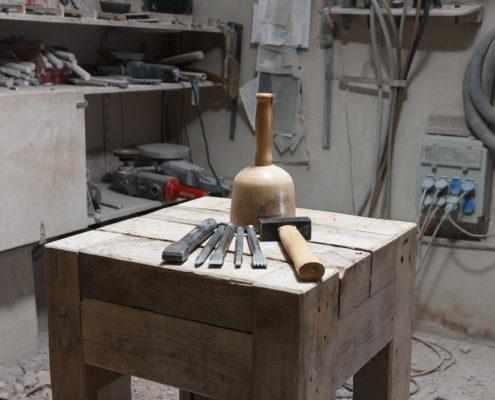 Bock mit Werkzeug Kurs Arbeiten am Stein
