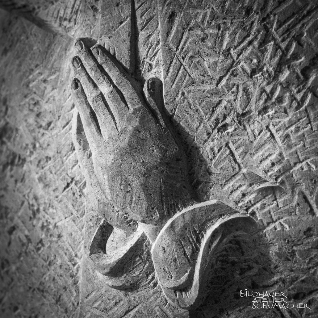 Betende Hände relief Kalkstein