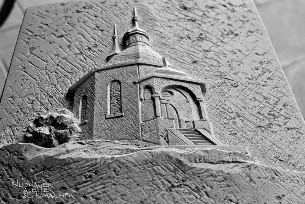Kapelle Heilig Kreuz Grafenort, Kalkstein Relief