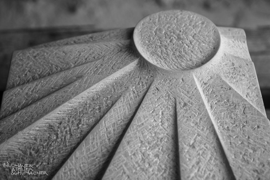 Sonnenmotiv Relief Kalkstein