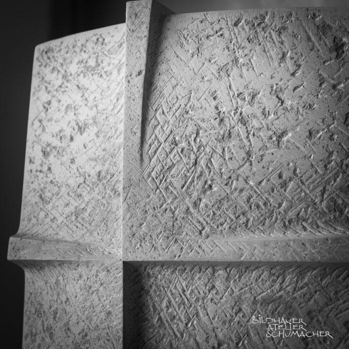 Kreuz Relief Comblachien Kalkstein