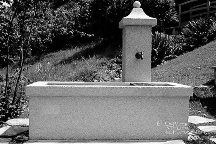 Brunnen im Comblanchien Kalkstein in Kehrsitten