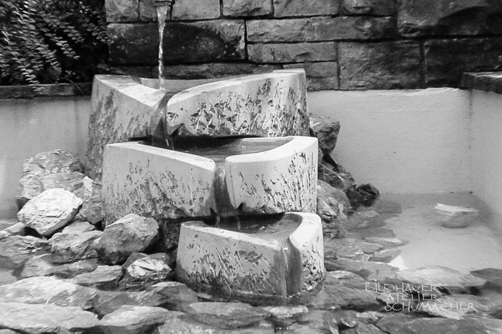 Brunnen aus Kalkstein-Findlinge in Kriens