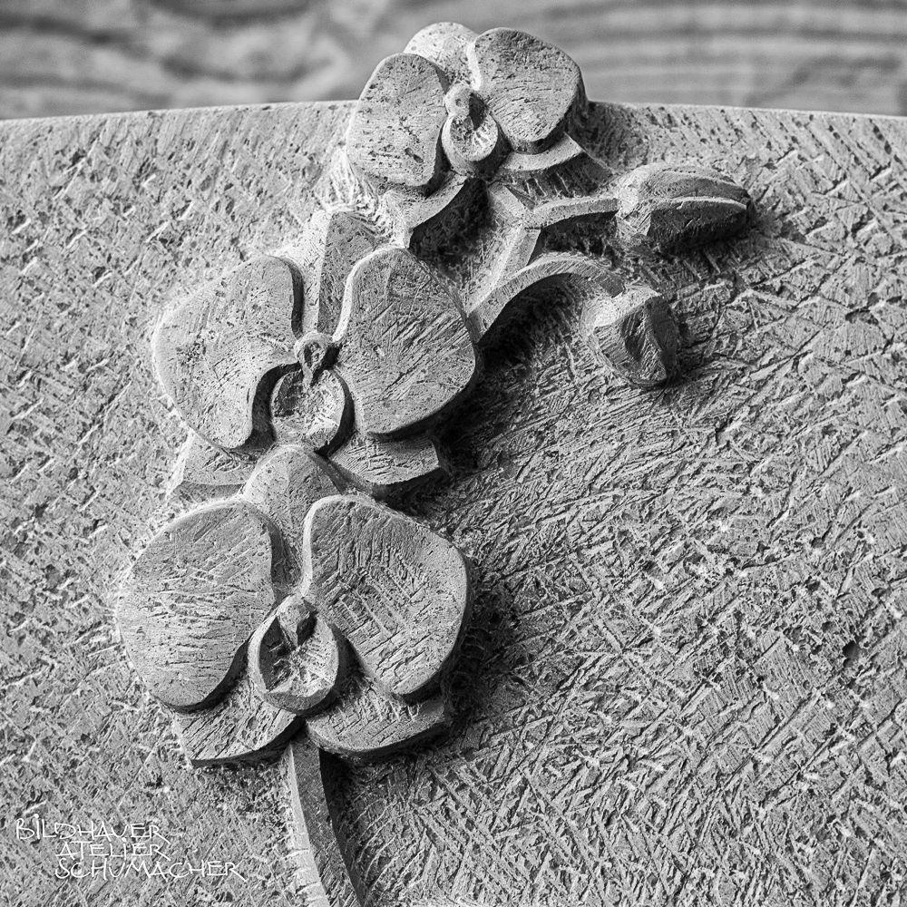 Grabmal Orchideenblüte relief - Comblanchien Kalkstein